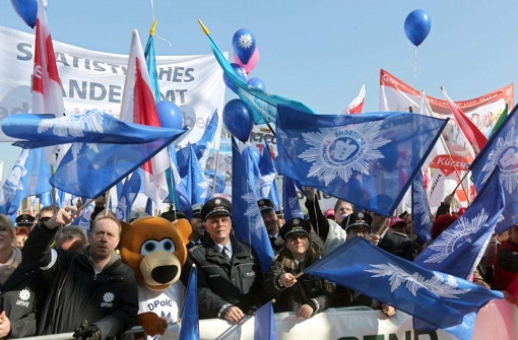 Auf dem bisherigen Höhepunkt der Warnstreiks haben bis zu 7500 Beschäftigte der Länder auf dem Stuttgarter Schlossplatz demonstriert. Foto: Achim Zweygarth