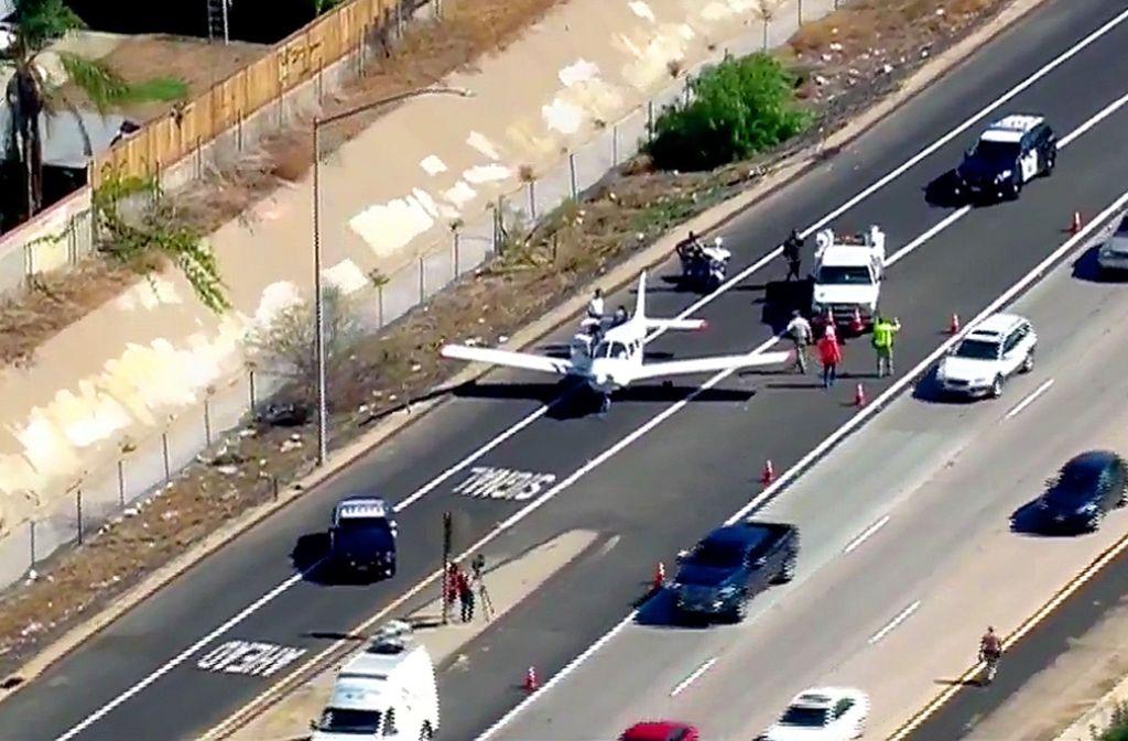 Der Pilot landete seine Maschine auf einer Autobahn in Kalifornien. Foto: fox5sandiego.com