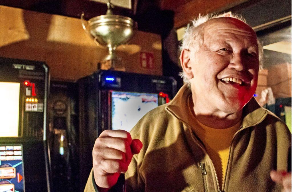 Hier singt der Chef noch selber: Am Montagabend ist traditionell Karaoke in  der Kaiserhalle, auch wenn inzwischen kaum noch Leute kommen. Foto: Fabian Franke