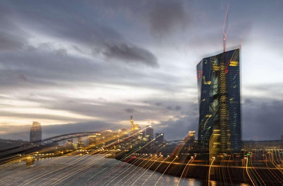 Geschäftsbanken müssen derzeit 0,5 Prozent Zinsen zahlen, wenn sie überschüssige Gelder bei der Europäischen Zentralbank (EZB) parken Foto: dpa/Boris Roessler