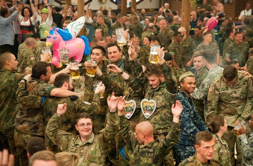 Soldaten beim Biermanöver