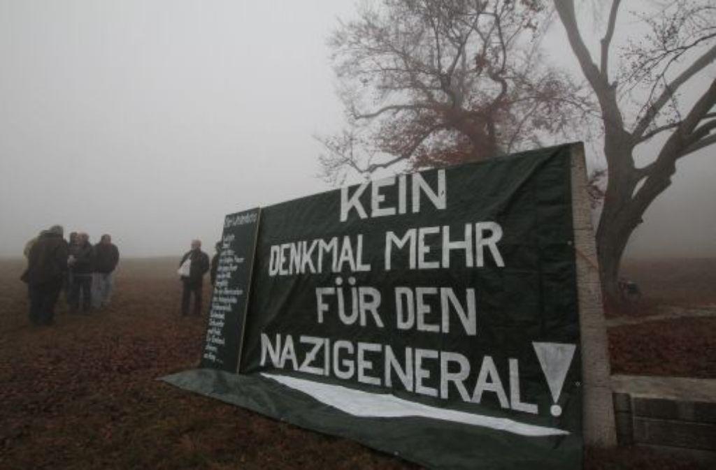 Die Protestierer aus der Geschichtswerkstatt haben das Erwin-Rommel-Denkmal am 13. November plakativ verhüllt. Foto: Kummer
