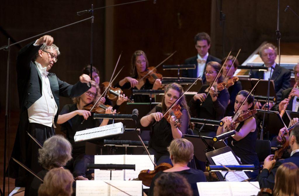 Hans-Christoph Rademann, hier am Pult seiner Gaechinger Cantorey, ist seit 2013 Leiter der Internationalen Bachakademie Stuttgart. Foto: Holger Schneider