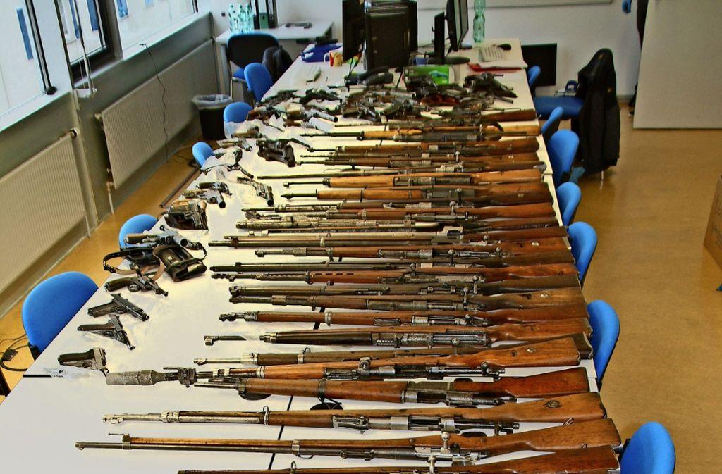 Eindrucksvolles Arsenal: Einige der Waffen, die die Ermittler sicherstellten. Foto: Polizei