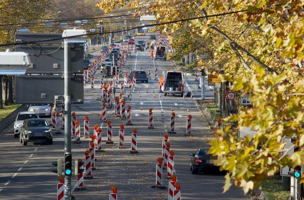 Da ist ein guter Durchblick gefragt: Auf der Mercedesstraße weisen zahlreiche Leitbaken den Weg. Foto: Fotoagentur-Stuttgart/Andreas Rosar