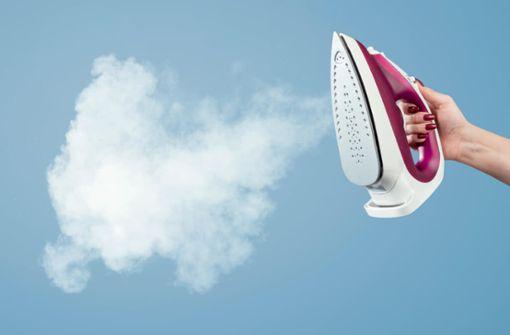 So entkalken Sie Ihr Bügeleisen mit Hausmitteln richtig. Einfach und gründlich das Dampfbügeleisen von Kalk befreien.