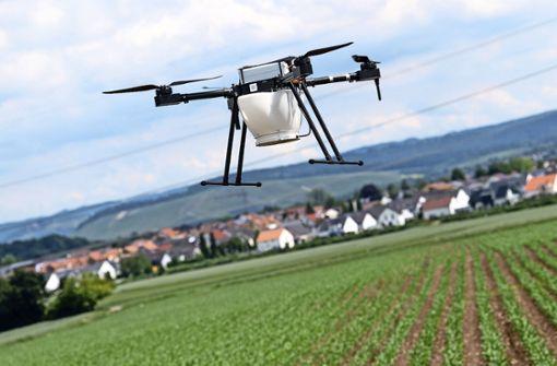Mann sucht abgestürzte Drohne auf den Gleisen