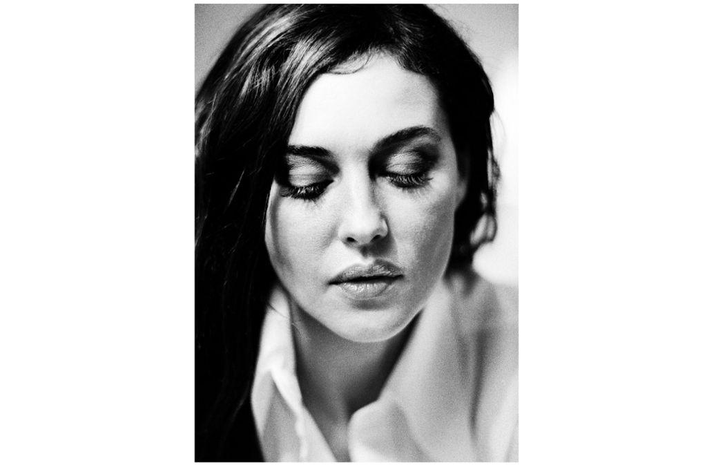 Wie ein Schleier bedecken die gesenkten Lider den Blick der italienischen Schauspielerin Monica Bellucci, fotografiert von der Berliner Fotografin Birgit Kleber 2001. Foto: Birgit Kleber