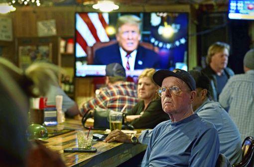 Die Beamten bangen, Trump mauert