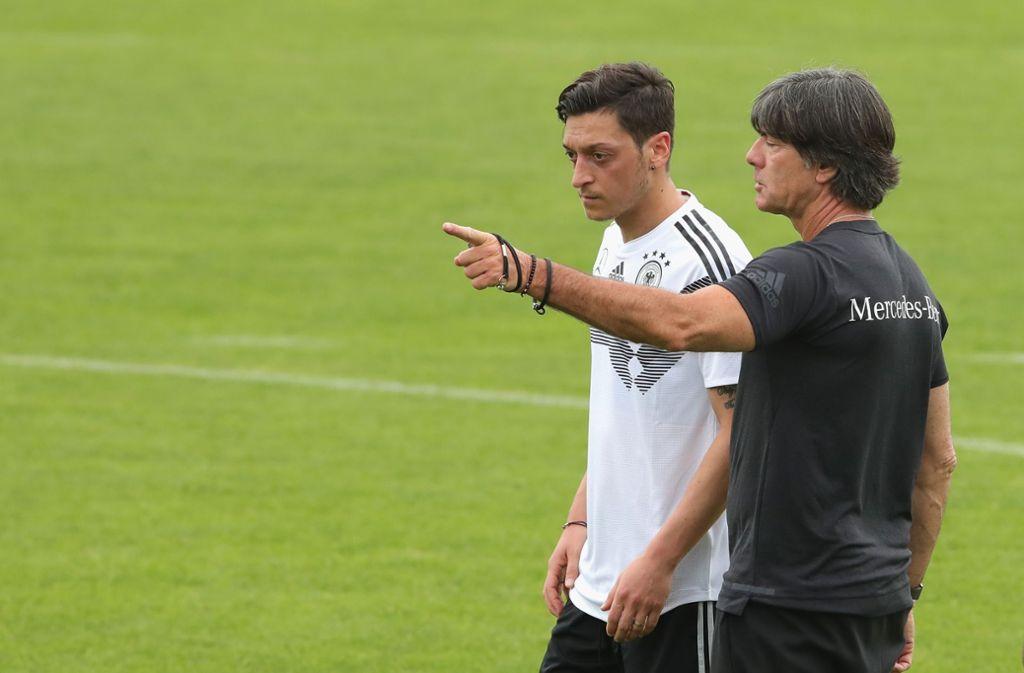 Da geht's lang: Der Bundestrainer Joachim Löw (rechts) weist auf dem Trainingsplatz Mesut Özil an. Foto: