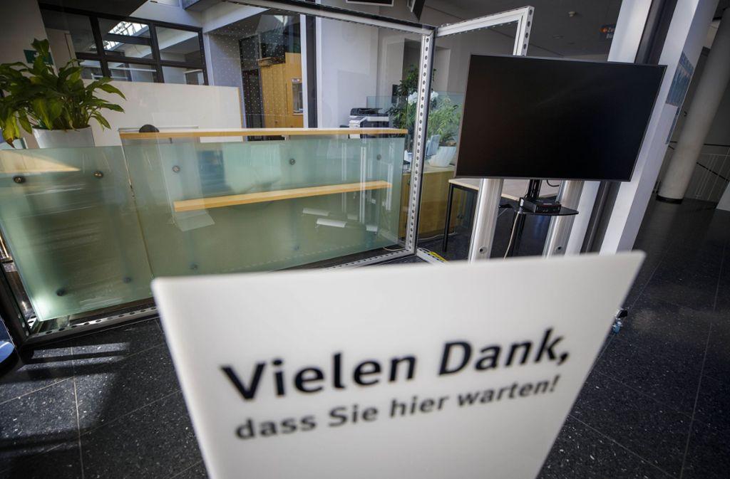 In Waiblingen ist im Bürgerbüro zum Schutz der Mitarbeiter vor Ansteckung eine zusätzliche Glasscheibe installiert worden. Foto: /Gottfried Stoppel