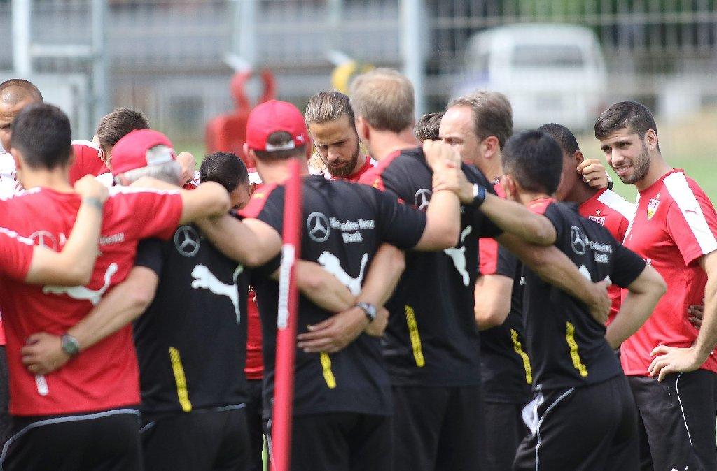 Die Mannschaft des VfB Stuttgart auf dem Trainingsplatz Foto: Pressefoto Baumann