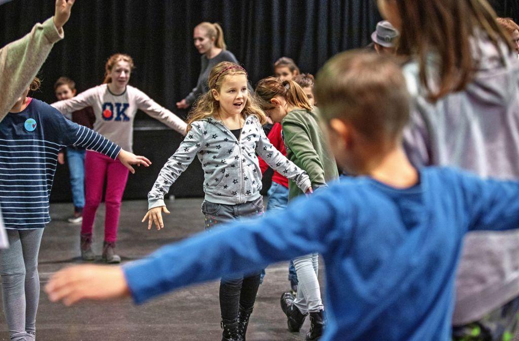 Vor dem Schauspielern wärmen sich die  Teilnehmer der Kinderkulturtage Waiblingen mit Körperübungen auf. Foto: Frank Eppler
