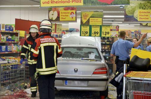 91-Jähriger fährt in Supermarkt - drei Schwerverletzte