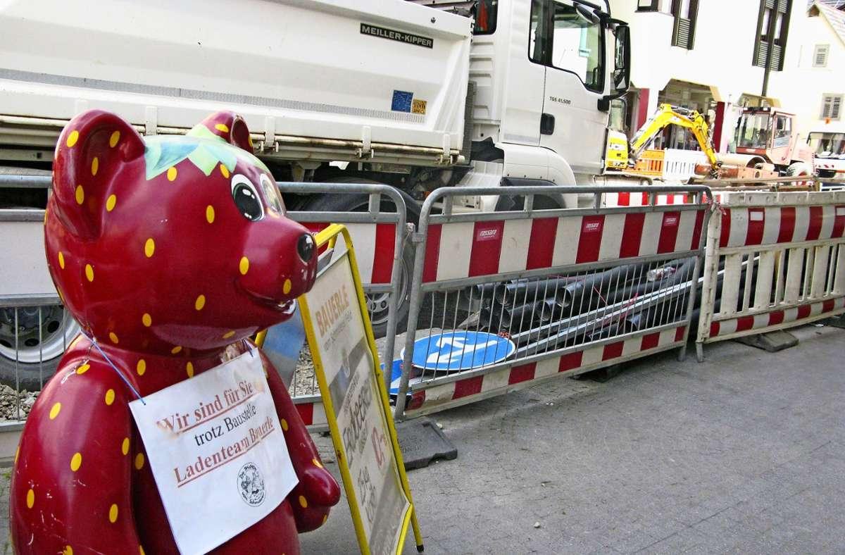 """Eingequetscht ist der """"Erdbär"""" des Obst- und Gemüseladens in der Cannstatter Straße.  Durch die Bauarbeiten  sind zahlreiche Parkplätze weggefallen. Foto: FZ Foto:"""