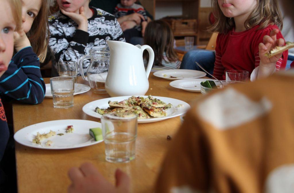 Ein Traum für Eltern: Kinder, die gerne Gemüse essen. Sogar rohen Fenchel mögen die Kleinen in der Zwergenfarm. Foto: Eveline Blohmer