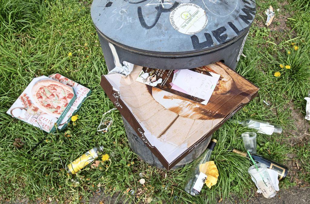 Überquellende Mülleimer und herumliegender Abfall: Im Kampf gegen die  Verschmutzung setzt die Stadt auf mehr Papierkörbe und   eine häufigere Reinigung – auch in den Neckarvororten. Foto: dpa