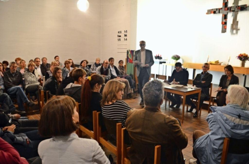 Dustin Fischer und Jörg Schulze-Gronemeyer (am Tisch von links) stellen sich den Fragen der Bürger. Foto: Sandra Hintermayr