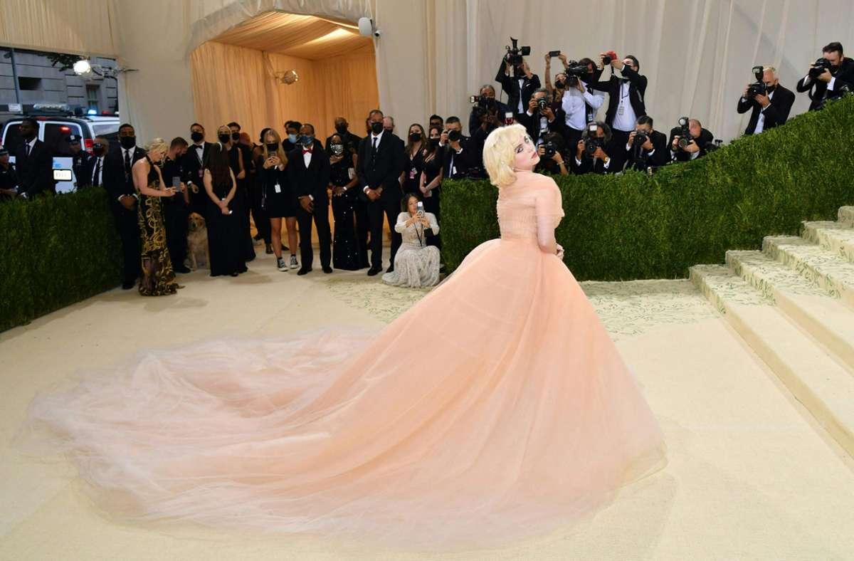 Die Popsängerin Billie Eilish zeigte sich bei der MET-Gala in New York ganz anders wie man sie sonst kennt: in einer apricotfarbenen Robe von Oscar de la Renta. Foto: AFP/ANGELA WEISS