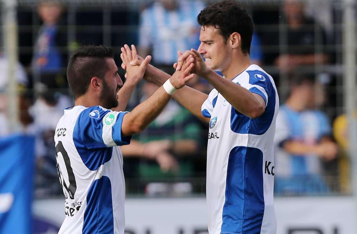 Julian Leist kehrt zu den Stuttgarter Kickers zurück. Hier feiert er mit Enzo Marchese. Foto: Pressefoto Baumann/Julia Rahn