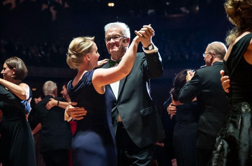 Ministerpräsident Winfried Kretschmann tanzte zur Eröffnung mit Pressesprecherin Isabell Knüttgen. Foto: Lichtgut
