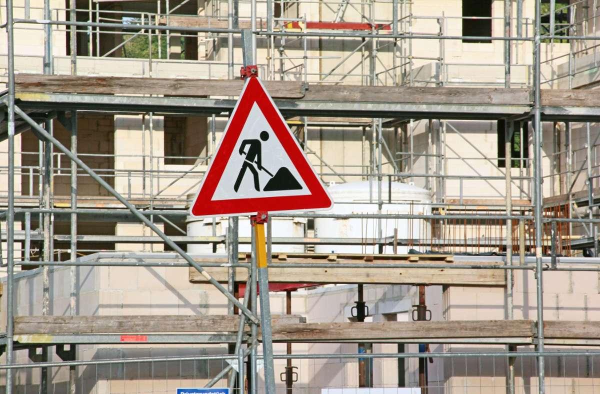 Der oder die Unbekannten müssen auf das Gerüst gestiegen sein, um die Fassade zu beschädigen. (Symbolbild) Foto: imago images/CHROMORANGE/Horst Schunk