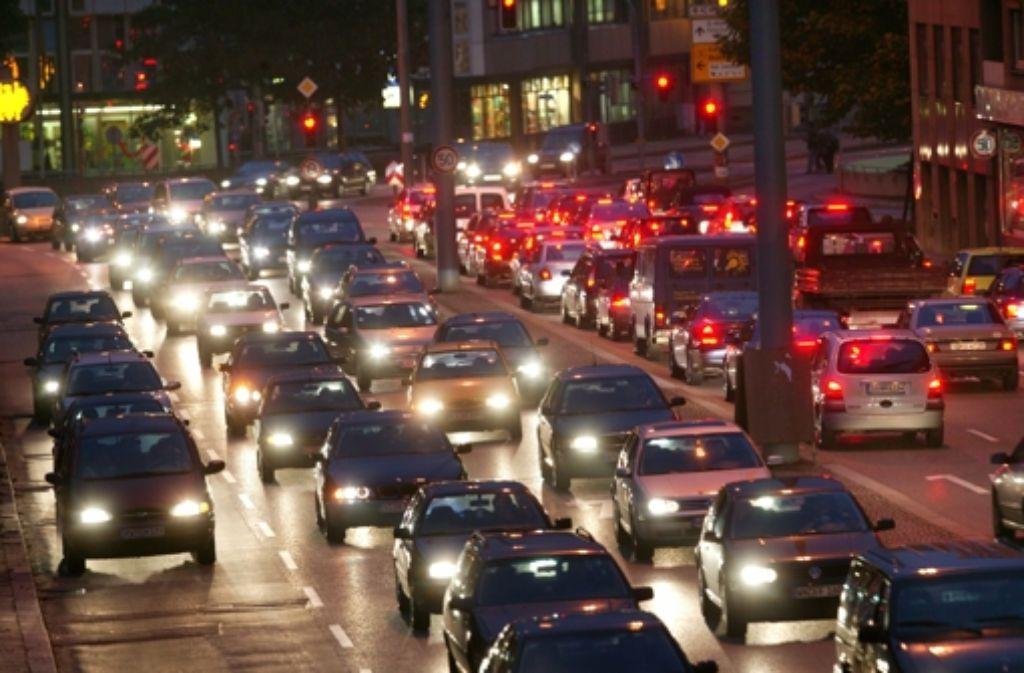 Im Berufsverkehr sind alle Straßen in Stuttgart voll. Foto:
