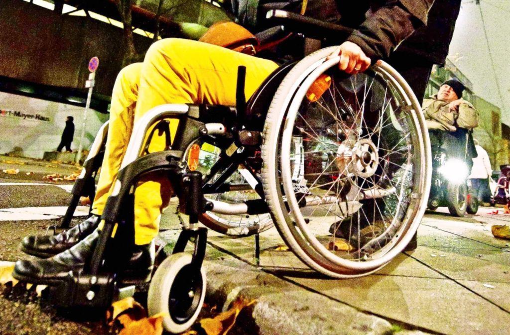 Rollstuhlfahrer begegnen vielen Hindernissen. Die Stadt verzeichnet jetzt einige dieser Barrieren und veröffentlicht dies im Internet. Foto: Lichtgut/Kovalenko