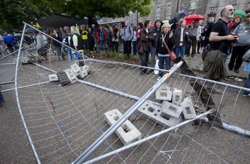 Es ist weiterhin unklar, wer den Böller zündete, als Demonstranten das Grundwassermanagement am Bahnhof stürmten. Foto: dapd