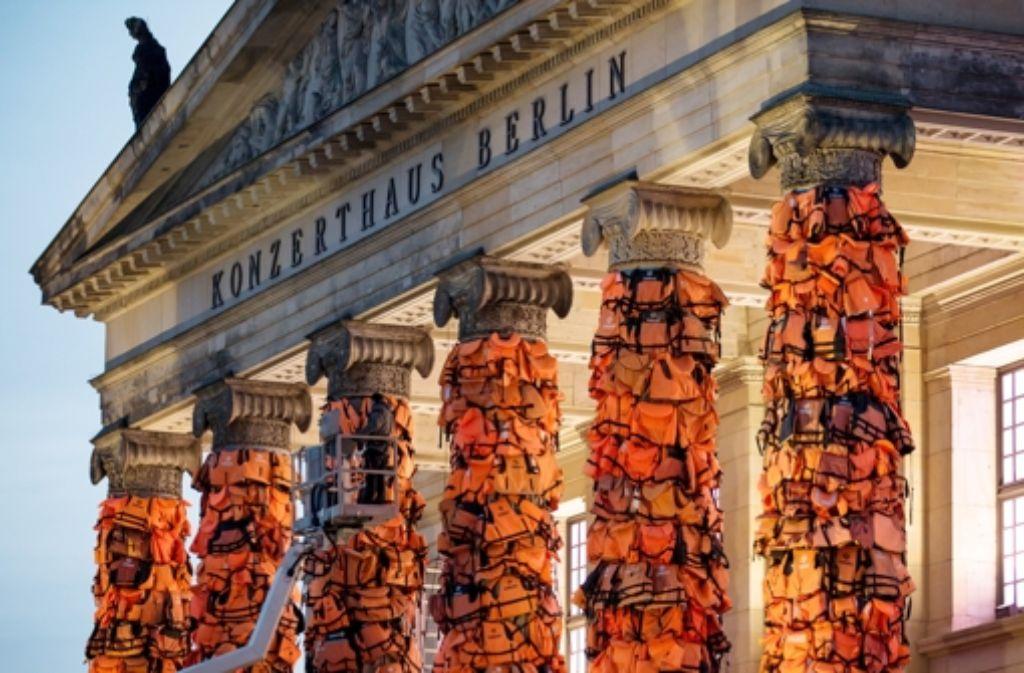 Am Konzerthaus am Gendarmenmarkt in Berlin hat  der chinesische Künstler Ai Weiwei mit einer Kunstinstallation an das Schicksal der vielen Flüchtlinge, die auf ihrem Weg nach Europa ertrunken sind, erinnert. Foto: dpa