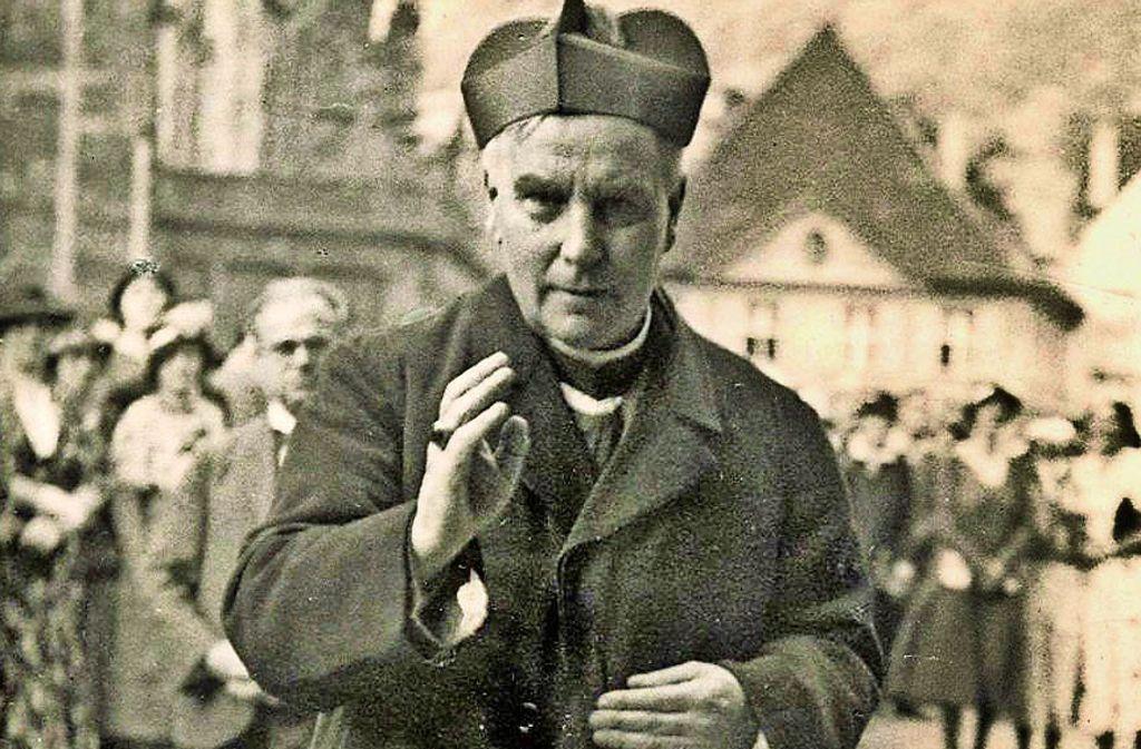 Das Foto zeigt Gröber 1934 vor dem Münster in Freiburg. Foto: Erzbischöfliches Archiv