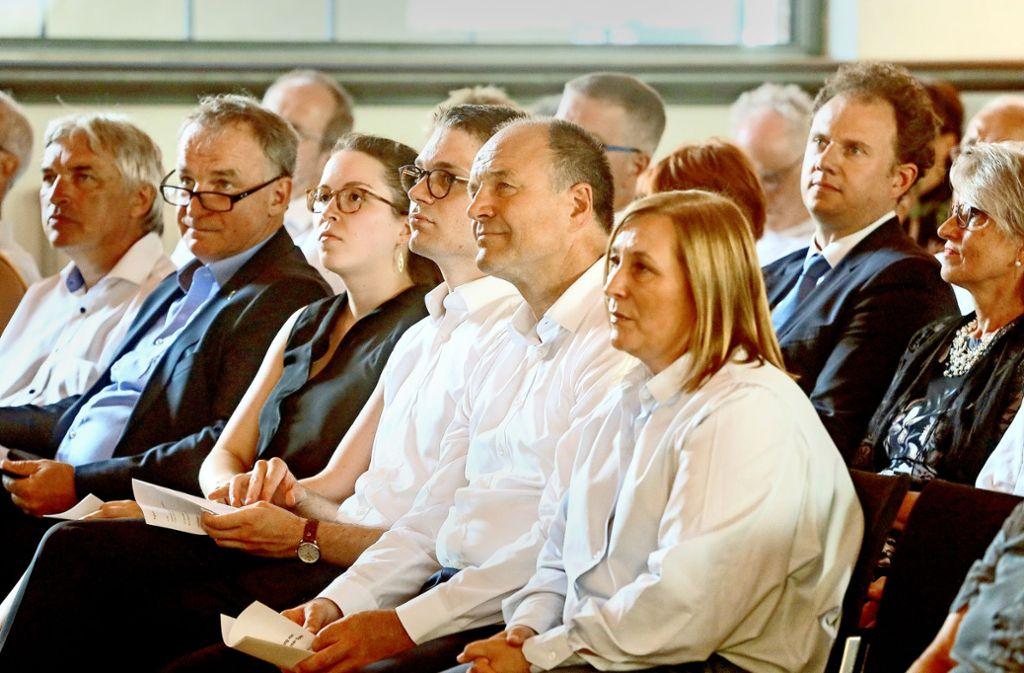 Werner Spec mit seiner Familie und dem Ministerialdirektor Stefan Krebs. Hinter ihm  sitzt Matthias Knecht. Foto: factum/