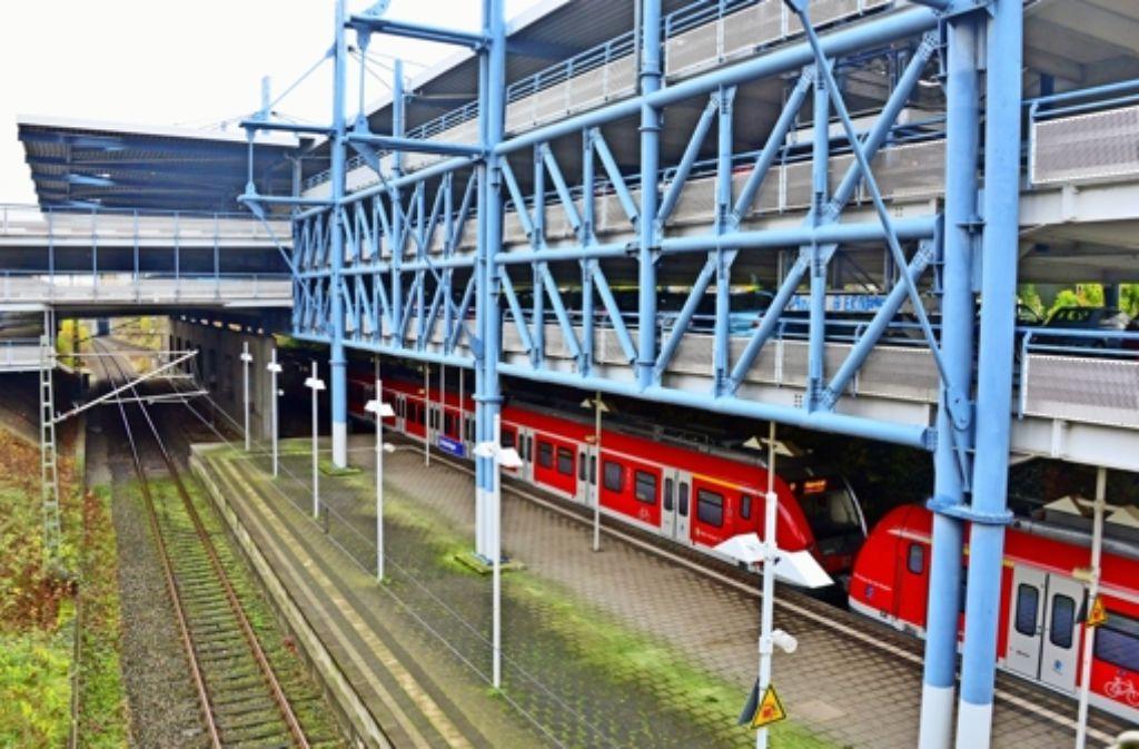 Teile des Parkhauses über der S-Bahn in Echterdingen sind bereits heute aus Sicherheitsgründen gesperrt. Foto: Norbert J. Leven