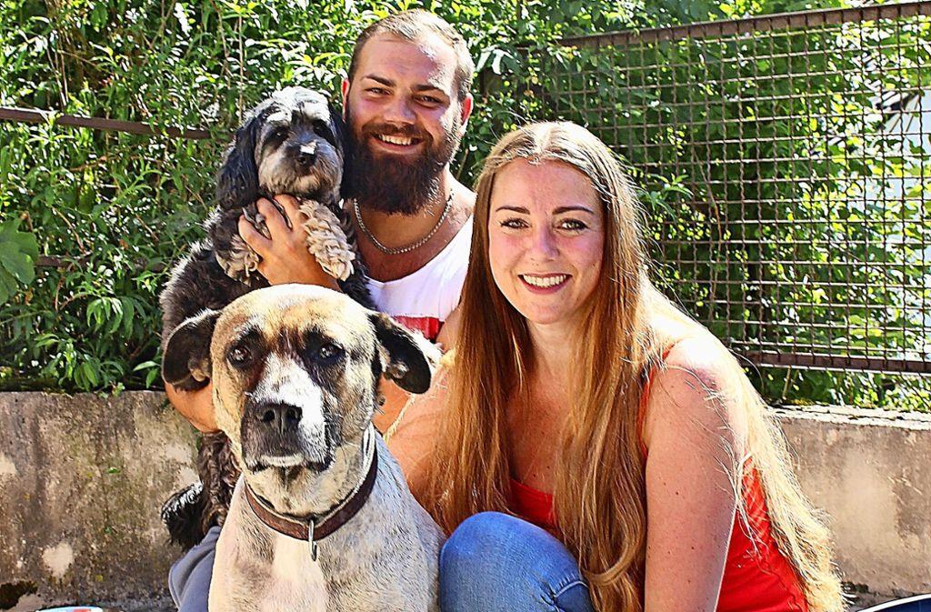 Doreen Schreiter und ihr Freund Alex Becker haben rund 20 Hundebesitzer in ihrer Kundenkartei, deren Vierbeiner sie bei Abwesenheit betreuen. Foto: Caroline Holowiecki