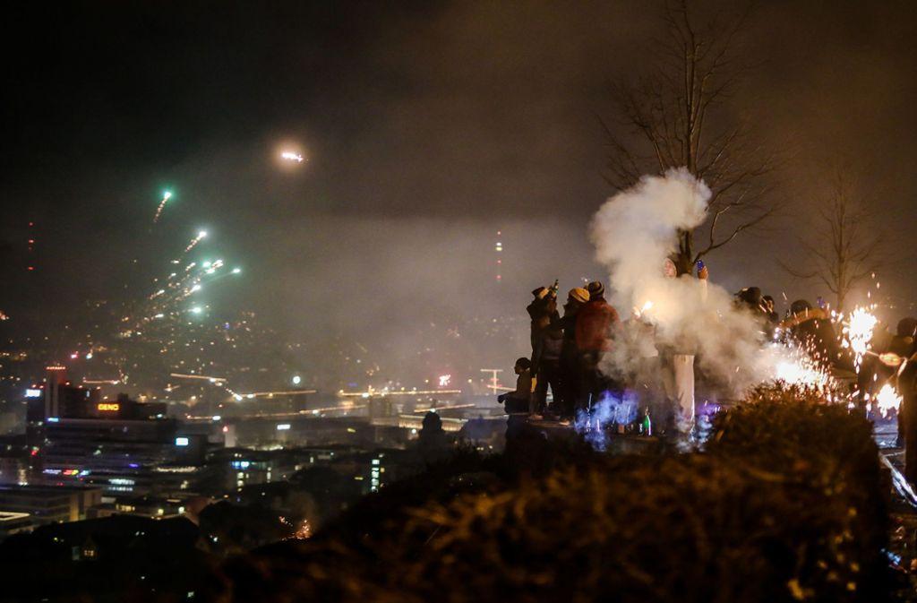 Blick in den Kessel: Eine recht klare Nacht erlaubte einen freien Blick auf das Feuerwerk in Stuttgart. Foto: dpa/Christoph Schmidt