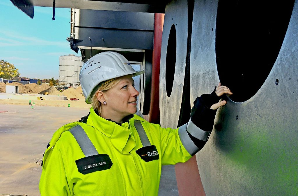 Die Projektleiterin Diana van den Bergh inspiziert einen der bereits gelieferten 70 Tonnen schweren Heizkessel. Foto: Jürgen Brand