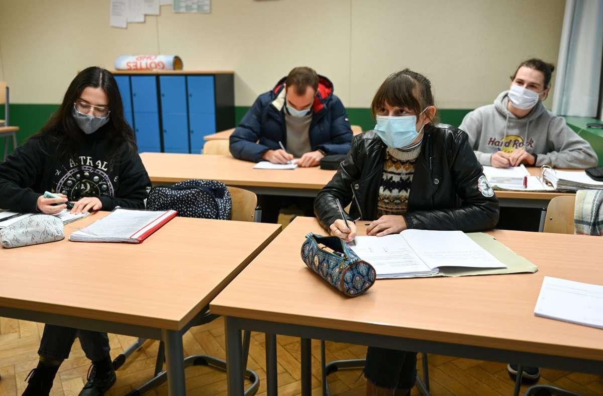 Die Regelung der Landesregierung, Schüler ab der 5. Klasse zum Tragen des Mund-Nasen-Schutzes auch während der Unterrichtsstunden zu verpflichten, sei gerechtfertigt, teilte der Gerichtshof mit (Symbolfoto). Foto: dpa/Felix Kästle