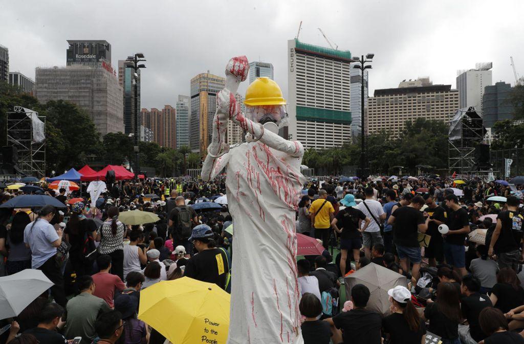 Allen Drohungen aus Peking zum Trotz sind in Hongkong am Sonntag wieder mehr als eine Million Anhänger der Demokratiebewegung auf die Straße gegangen. Foto: dpa