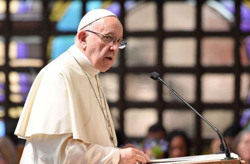 Papst im Kreuzfeuer