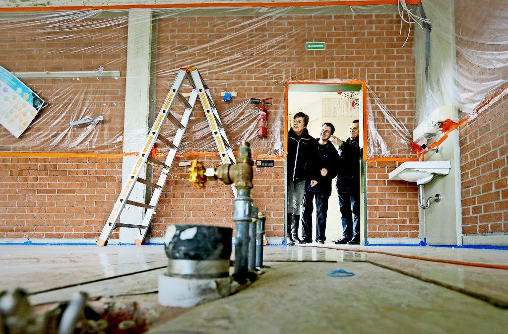 Hier ist vorerst kein Unterricht möglich: Angelika Blei, der Hausmeister Jens Palmbach und Claus-Dieter Jaisle (von links) besichtigen die Schulbaustelle. Foto: factum/Granville