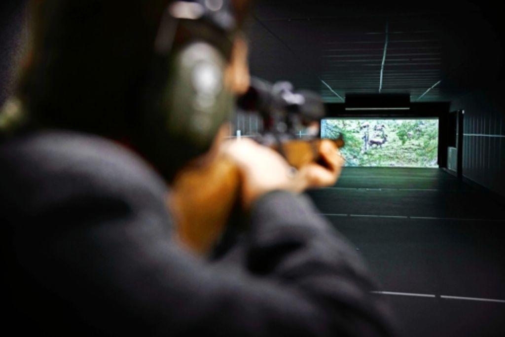 Im Schießkino, Distanz 25 Meter: Wird der Hirsch getroffen, markiert ein roter Punkt den Einschlagpunkt der Kugel. Foto: Gottfried Stoppel