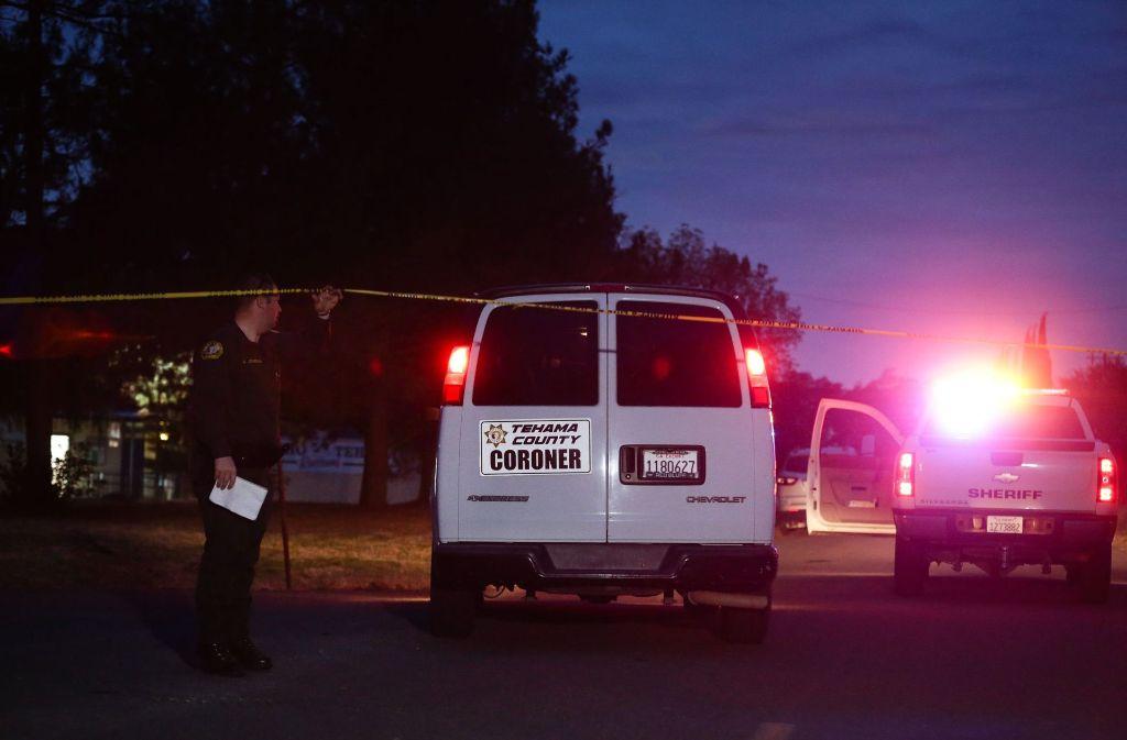 Einsatzfahrzeuge der Rettungs- und Polizeikräfte vor einer Grundschule in Kalifornien. Foto: AFP