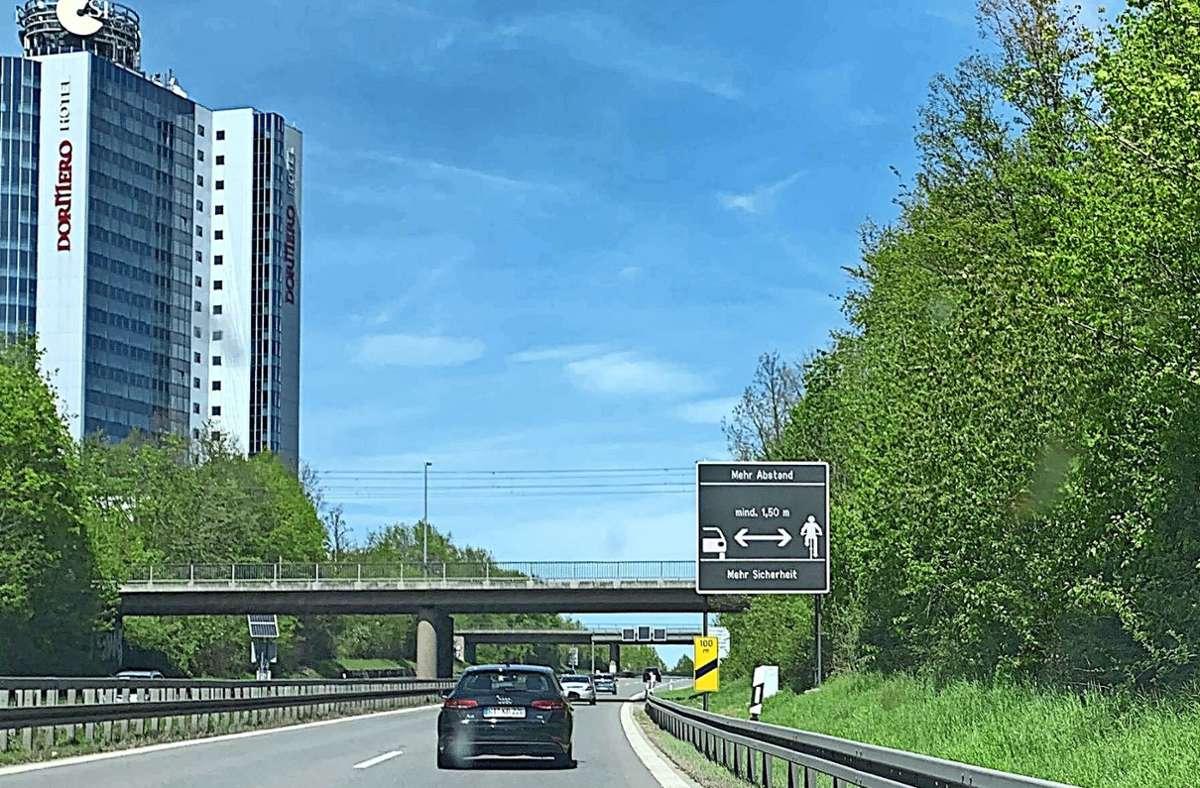 Abstand zu Radfahrern halten, sagt das Schild hier auf der B27. Foto: privat