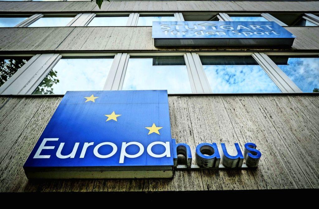 Hier leuchtet Europa: das Europahaus in Stuttgart in der Nadlerstraße Foto: Lichtgut/Leif Piechowski