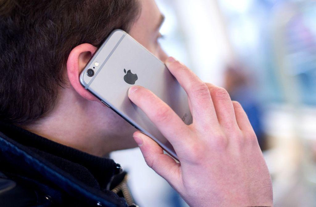 Mit dem Handy zu telefonieren ist in Deutschland nicht überall gut möglich. Foto: Hauke-Christian Dittrich/dpa