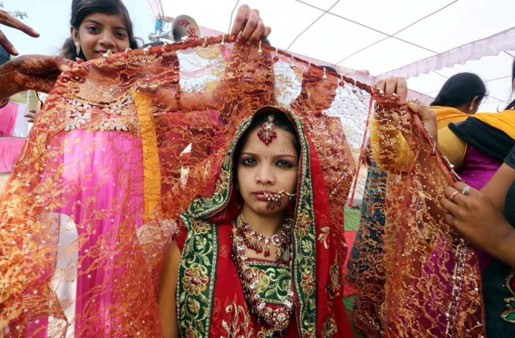 Eine junge Braut während einer Hochzeitszeremonie in Indien. Foto: EPA