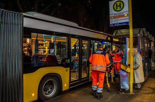 Gelenkbus bringt Fußgänger zu Fall – zwei Verletzte