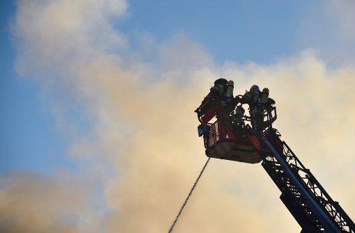 Junge Feuerwehrleute proben den Ernstfall