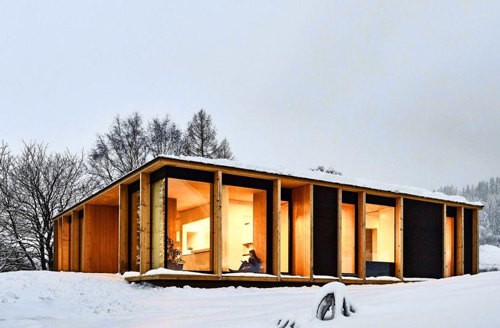 Rundherum in Kontakt mit der Umgebung: Ein altes Ferienhaus  im österreichischen Mühlviertel wurde von Mia2/Architektur sensibel mit Holz und Glas erweitert. Foto: Kurt Hoerbst