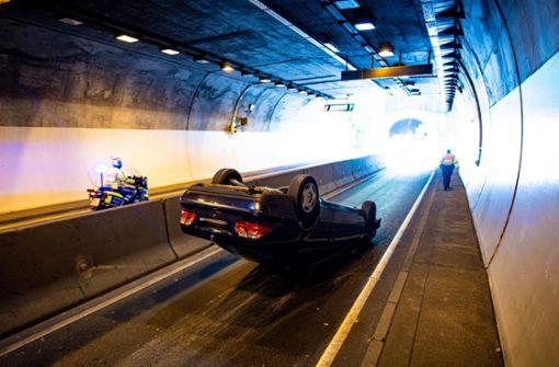 Mercedes überschlägt sich im Heslacher Tunnel